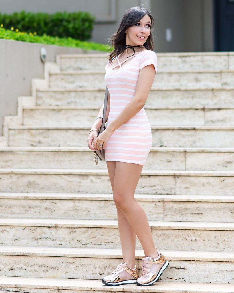 Tendencia-vestido-ribana-look-Monica-Araujo-Influencer-Ypslon-Atacado-Tenis-Vizzano-820x1024